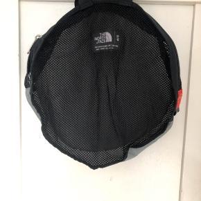 Cute lille rund taske med net i sort og grå. Perfekt til sommerens små udflugter. Nem at pakke sammen og have med til en indkøbstur og kan bruges i stedet for alt det plastik.