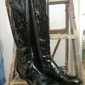 Skaftelængde 43 cm inkl. hæl. De har et par år på bagen, men er kun brugt en enkel gang, og har ingen synlige ridser i lakken.