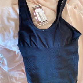 Bodysuit / bodystock med knapper forneden, den ville være rigtig fin til byen eller bare afslapning - det er elastik så materialet er rigtig lækkert!   Jeg kan desværre ikke passe den :/, den er helt ny   Passer også en Xsmall