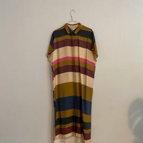 Lang kaftan/skjorte kjole. Str. 36, fitter onesize.