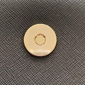DKNY Bryant Park crossbody taske  Købt i Galeries Lafayette i Paris. Brugt få gange. Den indvendige magnet har brugspor, men ellers ingen brugspor overhovedet.  Højde: 15 cm  Længde: 18.5 cm  Vidde: 9 cm