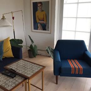 Lænestol i blå/petroleum uldstof med orange stribe. Teaktræs ben. Fra 60'erne. Velholdt. Har to stk. Pr stk 500pp.