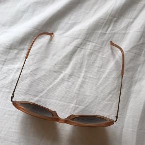 """Flotte solbriller fra Kaibosh i modellen """"Charlie's Girl"""". Mat rosa/ferskenfarvet stel med brunligt glas. De fejler ingenting, og er aldrig blevet brugt. Original hylster + pudseklud medfølger."""