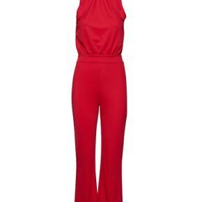 Marris Jumpsuit i str xs. Udgået buksedragt fra Gina Tricot. Kun brugt 1 gang. Højhalset med knaplukning bagpå og åben ryg. Første billede er af mig - jeg er 168 cm høj.