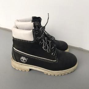 Super fede støvler i ægte læder fra Timberland.  Str 36. Små i størrelsen, passer bedst en 35,5 vil jeg sige. De måler ca 23 cm indvendigt.  Gode men brugte, stadig en masse kilometer i dem 🌟  Mp 300kr