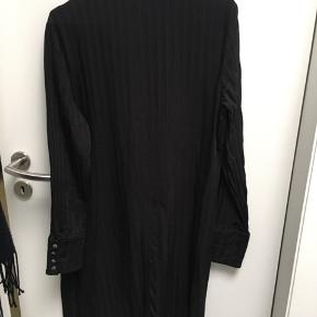 Skøn Skjortekjole i sort, knapper som kan åbnes hele vejen. 2 slidser ved knæ