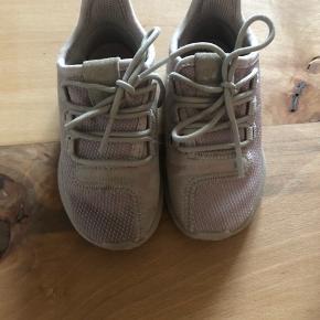 Fine sneakers 🌸 Der er lidt pletter på stoffet som ikke er forsøgt at fjerne 🙈 Ellers er de i meget pænt stand 🌸🙏