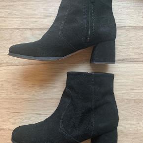"""Super fine støvler i ruskind fra Ganni. Modellen hedder """"Adina Suede"""" og har en smuk skulpturel hæl. De er brugt 3-4 gange og slid ses mest under skoen. Kan afhentes i Aarhus, hvis det ønskes."""