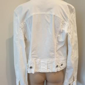 BSB Jeans jakke i 100% bomuld. Stoffet er ikke kraftigt som jeans, men nærmere som et par tynde lærredsbukser. Str. L, men er nærmere en lille str. 38. Byd