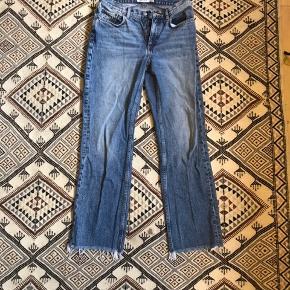 Jeans fra & other stories. De er en str. 27.