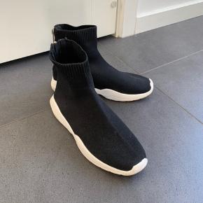 Sokke sneakers med guld lynlås