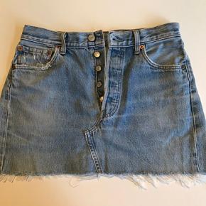 Levis nederdel sælges. Str: w. 30, l. 34, svarende til en str small