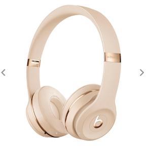 Beats solo3 wireless høretelefoner Satin guld.  Sort mærke på venstre side, ses på billedet.