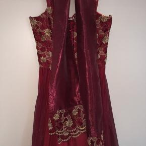 Super flot lang kjole, kan bruges til både galla og bryllup, eller hvad man nu lige skal bruge den til.