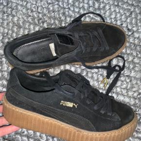 Sælger mine FENTY PUMA by Rihanna sko - brugt meget få gange. Står som nye. Original velour pose medfølger
