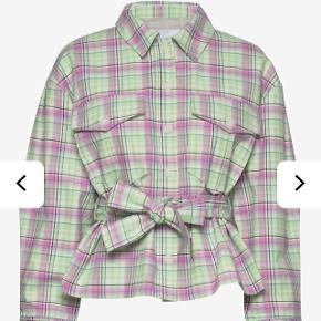 Flot jakke kun brugt 2-3 gange og er derfor helt som ny. Sælges udelukkende fordi den ikke bliver brugt 🌻