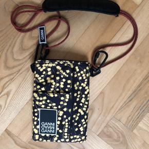 Super fin Ganni taske, brugt 1 gang. Justerbar rem. Måler 20x14 cm. Byd endelig!