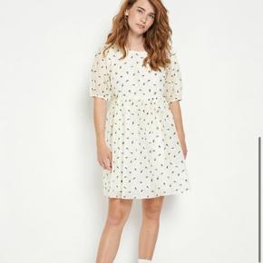 Fin og sommerlig kjole fra envii. Kun brugt 3 gange og er derfor som ny. Sælges, så den ikke bare hænger og samler støv 🌼  Billede af min egen kommer senere i dag