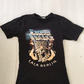 Sælger denne flotte Lala Berlin t-shirt. Den er brugt nogle gange, men fremstår stadig i rigtig god stand - ingen skrammer 🧡 kom med et bud!