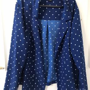 Flot blå jakke med prikker