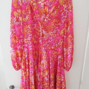 Virkelig flot vintage kjole  Der mangle 2 knapper foroven, som det ses på billederne. Jeg synes, det fungerer godt at have dem åbne, men det er selvfølgelig en smagssag :)