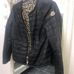 """Dame jakke fra moncler. Dette er en """"vend om"""" jakke, kan vendes på begge sider. Den ene er et leopard mønster og på den anden side sort sort, hvor den har nogle tegn på slid, hvilket ses på billederne."""