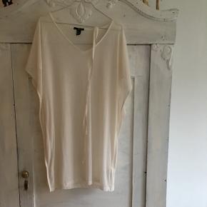 Fin, hvid kjole med bånd til at slå rundt om ☺️