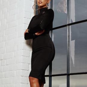 Helt ny kjole aldrig brugt. Er fra PUMA x KENZA kollektionen. Passer til en str. M, men med stretch. Sig hvis flere billeder skal bruges