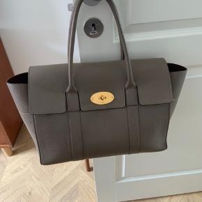 Tasken fremstår som ny og holder flot formen.  Tasken kommer med dustbag og kvittering.  Den er købt for et år siden og modellen fås ikke længere.