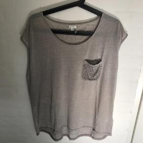 Varetype: Andet Farve: Grå  NY t-shirt i str. xxl fra Kaffe.  Mp er kr. 150 + porto.