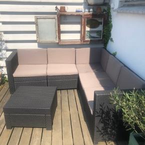Stort set ubrugt udendørs sofasæt med tilhørende bord sælges. Købt i år med en nypris på 2500kr.