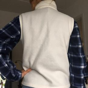 Super fin retro-vest 💫  ⭐️ Str. M ⭐️Super lækkert materiale  ⭐️ Perfekt til sommeraften ⭐️ OBS: Den blå jakke under medfølger ikke!