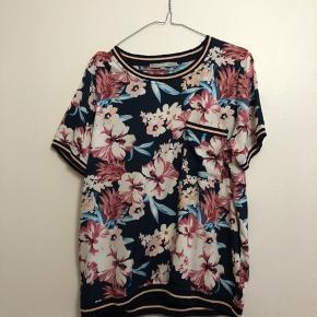 Blomstret t-shirt fra Ofelia i str. M