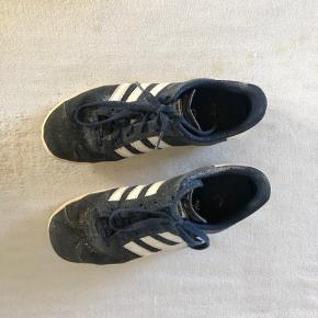 Adidas mærket bagpå skoen, er ved at falde af  ! Kom med et bud