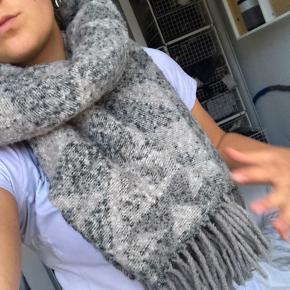 Lækkert blødt gråt mønstret tørklæde, brugt meget få gange og fremstår som nyt. Skriv ved interesse, spørgsmål eller flere billeder