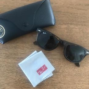 Varetype: Wayfarer solbriller Størrelse: 50 Farve: Brun Oprindelig købspris: 1500 kr.  Brugt 3-4 gange, bytter ikke