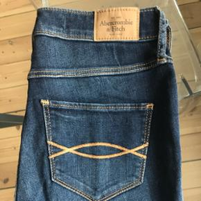 Pæne mørke Abercrombie & Fitch bukser jeg købte i butikken i KBH. De er waist 25 og normal længde. Der er lidt elastik i buksen som får dem til at sidde pænt samt de er behagelige og have på. De er aldrig brugt da de er for lange i benene til mig. Skriv hvis du ønsker billeder med dem påHvis ønskes kan jeg sende med DAO