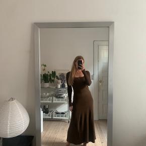Brun strik kjole fra Zara - kun brugt et par gange - mig selv med den på og jeg er 1.64 høj.