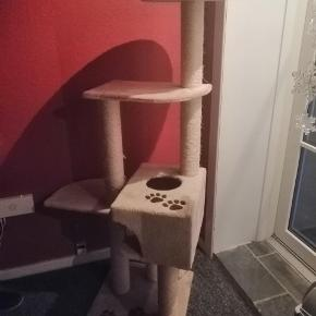 Stort kattetræ til salg. Np: 900  Jeg sælger den da den ikke bliver brugt af min egen kat.  BYD