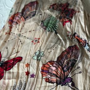 Smuk sommerkjole fra Odd Molly. Kjolen trænger til en tur med strygejernet, men fejler ellers ikke noget.