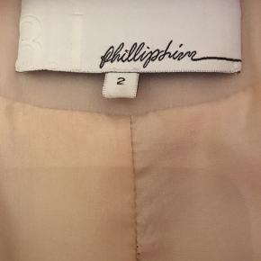 Show Piece. Håndtrukket silke. Unik frakke. Silken løber, så det er mest en 'gå i byen' frakke, men helt eksklusiv. Meget smal om skulder. Lukkes fortil med 4 hægter.