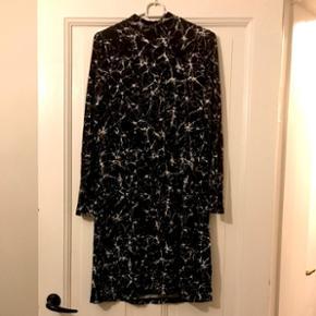 Mærket er: Project Unknown.  Kan passes af xs og S.  Ikke en tætsiddende kjole ☀️