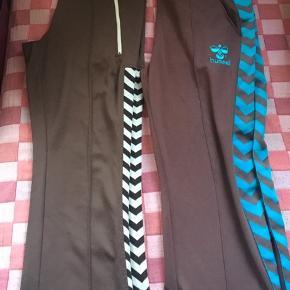 Bukserne med turkise striber er lagt op med tekstillim og måler 78cm i sidesøm fra skridt og ned. Str M.   De andre måler 80cm i indvendig sidesøm. Mærket er taget af, men det er ca samme str.