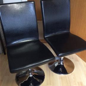 2 stk. Drejestole i sort med blank fod sælges for 100 kr stykket.