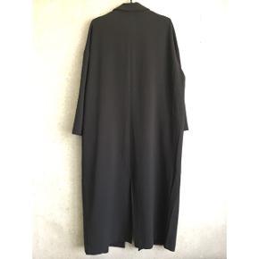 Duster coat fra ASOS med trykknapper på fronten og flaplommer. Bag på har den en slids. God som ny 😊  Jeg er en str. 38 og 176cm høj og den er oversize på mig. Afhængigt af ønsket pasform, så er det min vurdering at den kan passe str. 38-42. Skriv for flere mål eller billeder