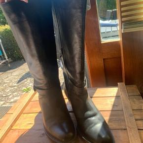 Sælger disse dominique støvler i str. 43 med elastik kiler - brugt 1-2 gange og fremstår derfor som nye.   Støvlerne er rummelige og har en lægvidde på 52.  Hælhøjde på 7cm  Nypris: ca. 1900kr   De kan afhentes og prøves i Rødovre eller sendes med dao.