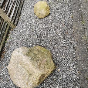 Pyntesten, natursten til haven. Store sten og lidt mindre sten. Køber står selv for afhentning i fourfeldt. Kom med et bud, også gerne efter du har set dem, da de er forskellige i størrelse. Har 3-4 store (Ca 1/2 meter høj og Ca 60-80 cm bred, svingende, men Max størrelse tænker jeg) og nogle lidt mindre 30x40 måske.