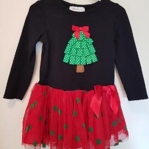 Super nuttet julekjole fra USA. Brugt 1 jul 1 gang. Der hører leggings med og størrelsen svarer til ca 2-3 år.