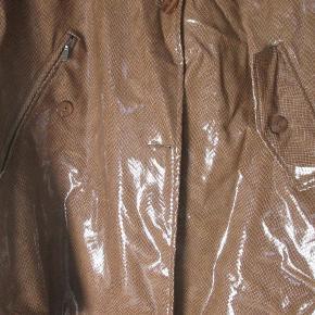Flot lang jakke fra CGC World Collection i brun slangeprint. Lak look. Med aftagelig hætte og bælte og flot for. Brugt enkelte gange. Str. 46. Den nederste knap mangler. Deraf prisen.  Nypris: 1.700,- Sælges for 300,-  Kan ses og afhentes hos mig i København NV. Sender også gerne med DAO eller PostNord, hvis du betaler portoen :) Portoprisen er sendt med DAO.  Flot jakke Farve: Lysebrun Oprindelig købspris: 1700 kr.