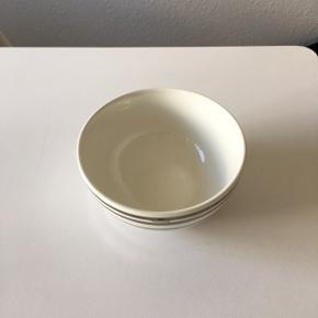 Flot sølv skål fra Kähler i 15 cm. Aldrig brugt, kun stået til pynt.  Rigtig fin stand uden skår osv.  Kan afhentes i Aalborg Øst  Nypris: 250kr. Sælges for: 120kr.